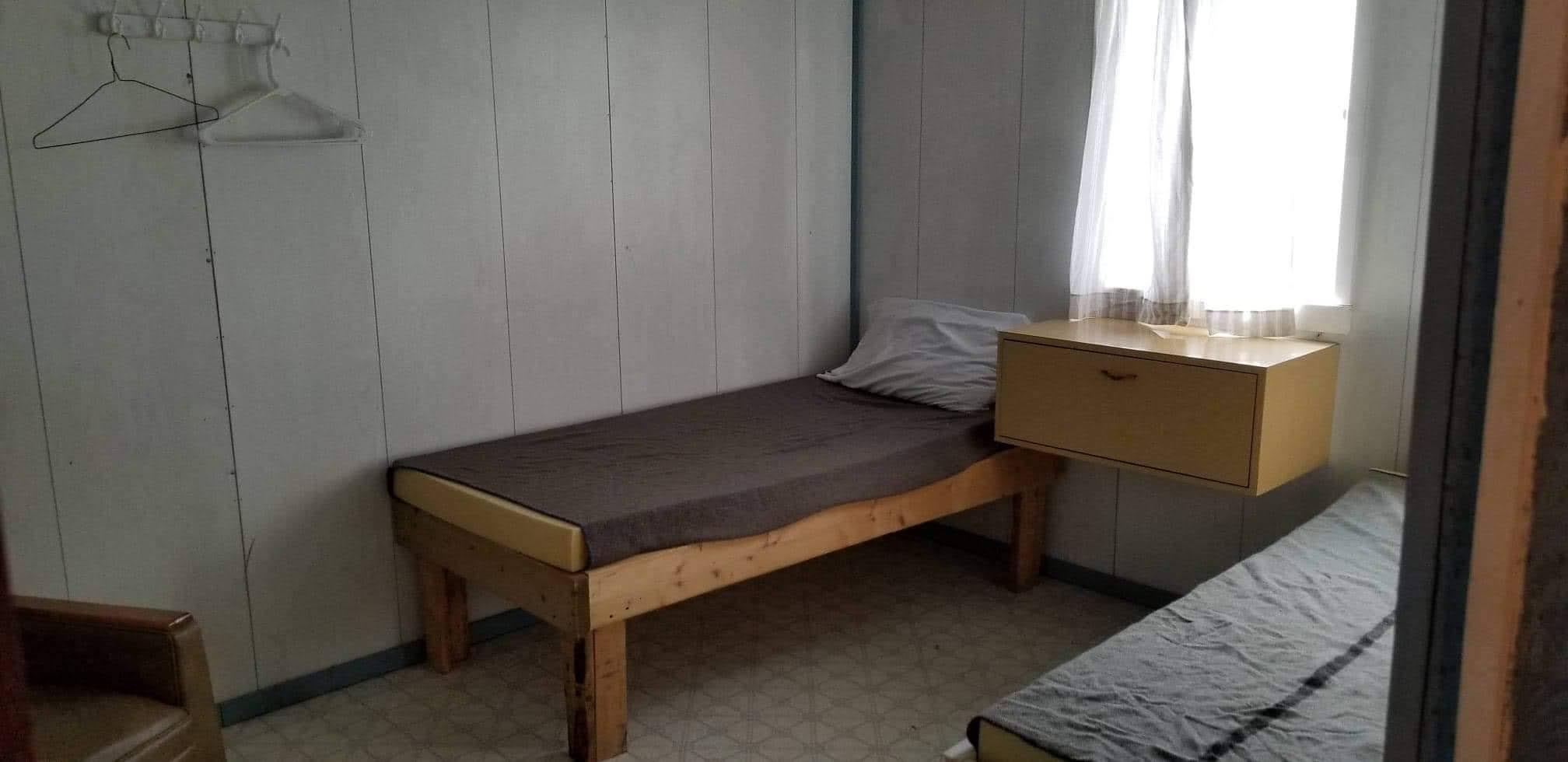 chambre-lit-pourvoirie-chalet-pêche-bateau-ponton